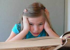 girl_reading_photo